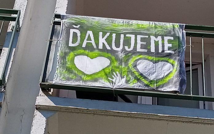 Zamestnanci DSS Pezinok vyrobili transparent ako poďakovanie všetkým, ktorým na nich záleží. Máme veľkú radosť, že sami cítia zlepšenie situácie.