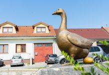 Slovenský Grob zdobí socha zlatej husi