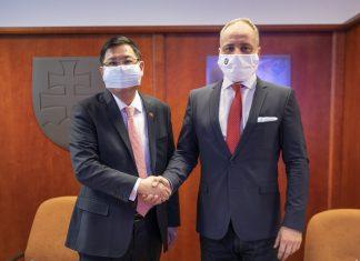Vedúci Taipejskej reprezentačnej kancelárie v Bratislave David Nan-Yang Lee a župan Juraj Droba