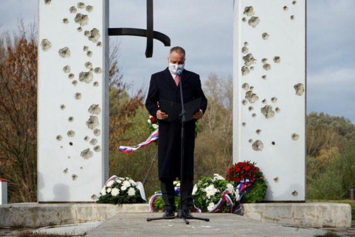 Pamiatku 17. novembra si dnes župan Juraj Droba uctil položením venca pri Bráne slobody a pamätníku Antona Srholca.