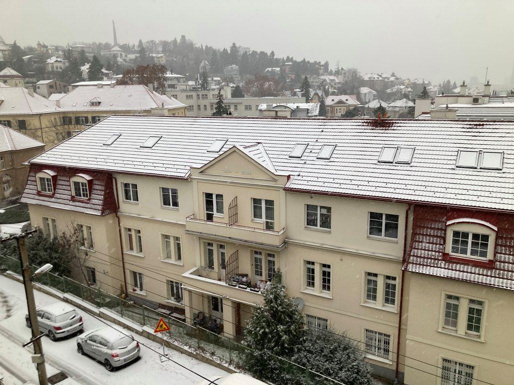 Prekrásny záber na zasnežené strechy, v pozadí Slavín. Autorka foto: Nina Bugárová