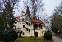 Barokový kaštieľ v historickom centre Stupavy predstavuje výstavnú rezidenciu niekdajšej vysokej uhorskej šľachty. Sídli v ňom župné zariadenie sociálnych služieb.