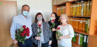 Na župe je tradíciou, že župan v mene úradu odovzdá kolegyniam ruže. Dnes tak urobil iba symbolicky, keďže väčšina zamestnancov pracuje z domu.