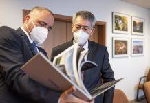 Juraj Droba (vľavo) ukazuje veľvyslancovi fotoknihu záberov z nášho kraja, ktorú dostal od župy ako dar.
