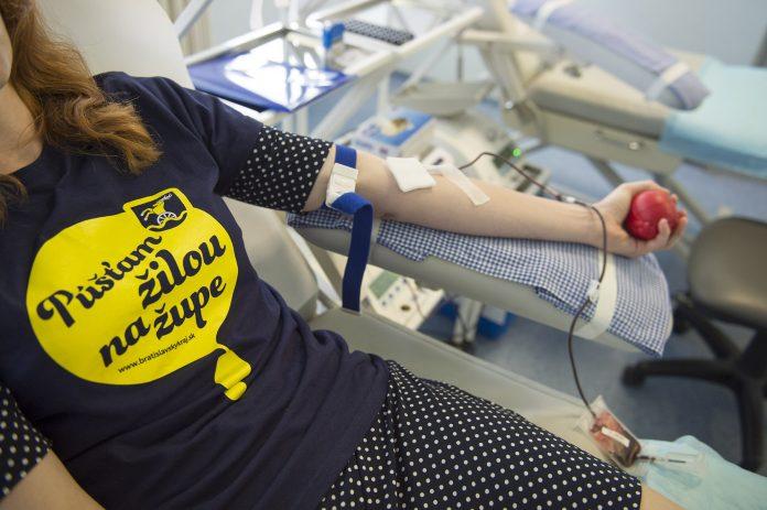 Pred príchodom koronavírusu sme pravidelne organizovali spoločné darovanie krvi. Počas pandémie chodia zamestnanci župy individuálne. Foto je z leta 2019.