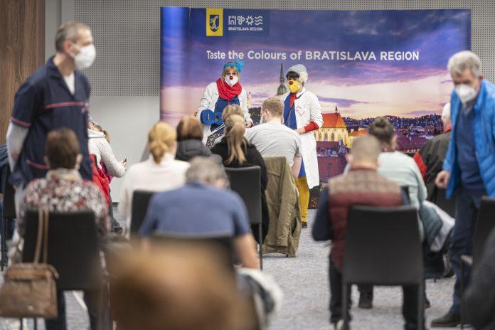 Veľkokapacitné očkovacie centrum v Národnom futbalovom štadióne v Bratislave