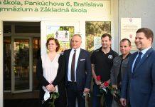 Zľava riaditeľka Zuzana Butler, župan Juraj Droba, Peter a Pavol Hochschornerovci a starosta Petržalky Ján Hrčka