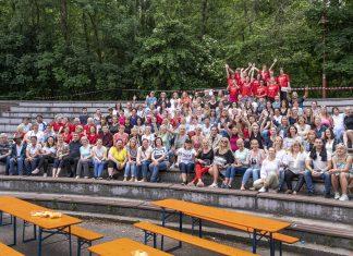 Učitelia a náš školský župný tím - v červených tričkách.