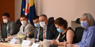 Druhá sprava riaditeľka Odboru stratégie, územného rozvoja a riadenia projektov Barbora Lukáčová a župan Juraj Droba