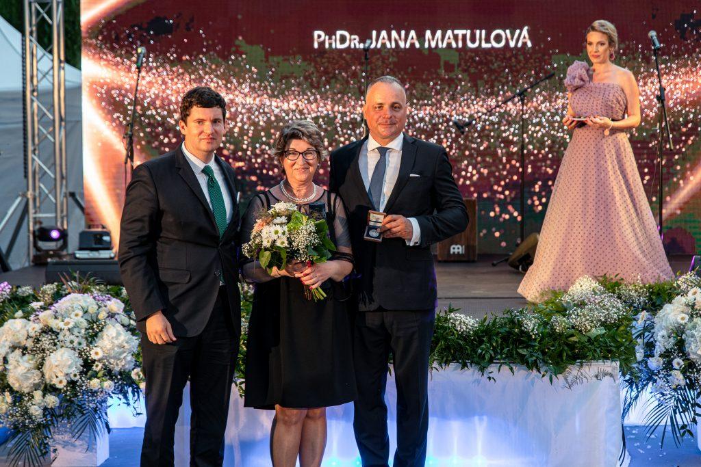 Zľava vicežupan Mikuláš Krippel, naša kolegyňa z Odboru sociálnych vecí Janka Matulová a župan Juraj Droba