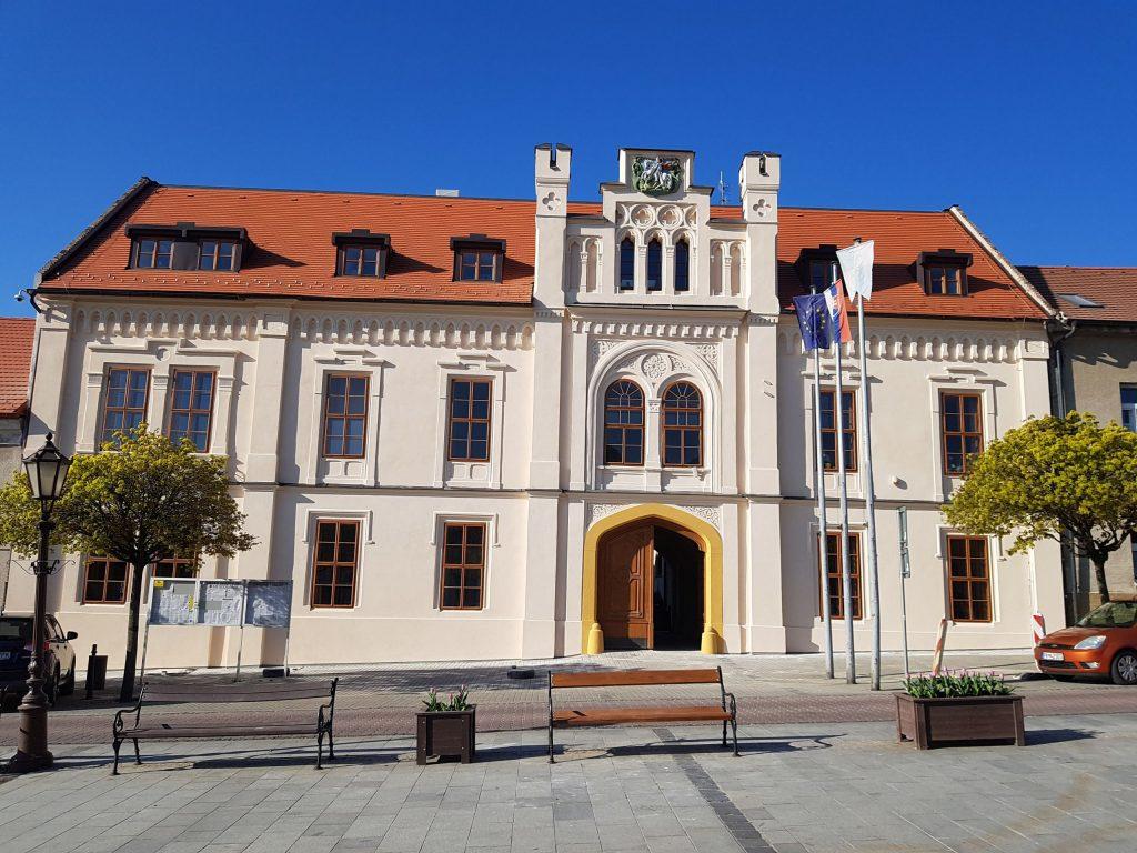 Uličná fasáda a prejazd historickej radnice vo Svätom Jure