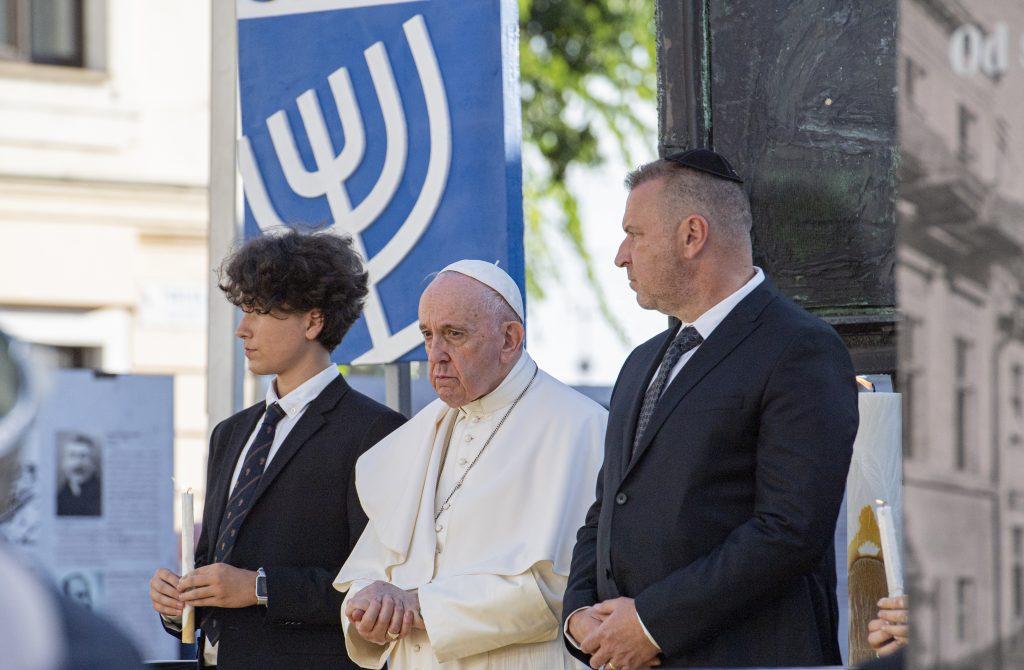 Na snímke pápež František (uprostred) a predseda Ústredného zväzu židovských náboženských obcí (ÚZŽNO) na Slovensku Richard Duda (vpravo) počas stretnutia so židovskou komunitou na Rybnom námestí v Bratislave v pondelok 13. septembra 2021.